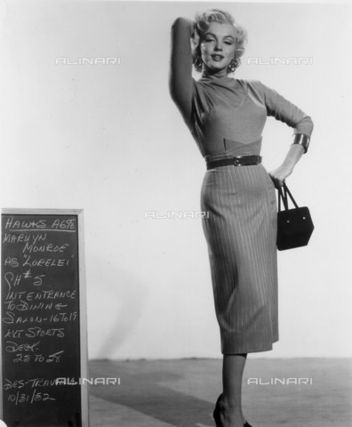 GBB-F-008003-0000 - 1953, USA: The actress MARILYN MONROE (1926-1962) costume test for the movie GENTLEMEN PREFER BLONDES (Gli uomini preferiscono le bionde) by Howard Hawks, from a novel by Anita Loos - © ARCHIVIO GBB / Archivi Alinari