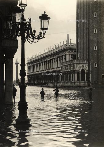 GBB-F-008885-0000 - 1918 c., VENEZIA, ITALY: The Basilica di San Marco, Campanile and Biblioteca Marciana under the high water. - © ARCHIVIO GBB / Archivi Alinari