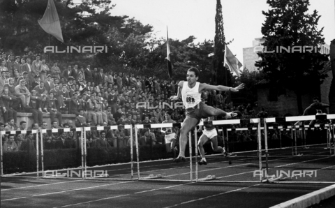 GCQ-A-003401-0035 - The ceremonies and games called by the Centro Sportivo Italiano: a crowd of spectators watches the hurdle competition