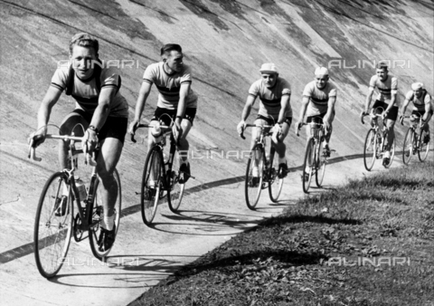 GCQ-A-003401-0057 - The ceremonies and games called by the Centro Sportivo Italiano: a line of cyclists competing on the racetrack
