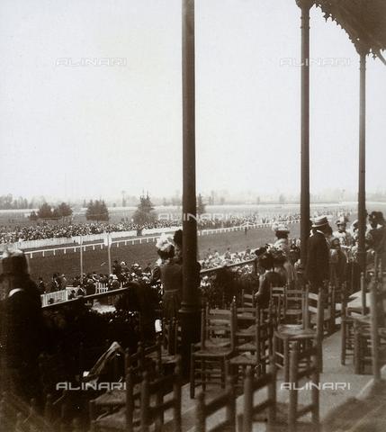 GLQ-F-001829-0000 - Spettatori alle corse di San Siro, Maggio 1899