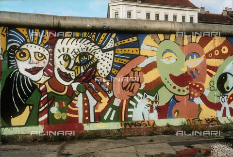 GRA-F-000003-0000 - Face colored and a hand, artwork by Christophe Bouchet. Graffiti & Wall Art on the Berlin Wall that fell down beginning from the night of 9th November 1989 - Data dello scatto: 1987 - Francesco and Alessandro Alacevich / Gremese Archive/Alinari Archives