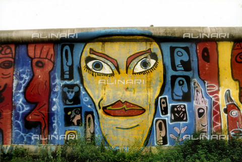GRA-F-000006-0000 - Feminine face, Graffiti & Wall Art on the Berlin Wall that fell down beginning from the night of 9th November 1989 - Data dello scatto: 1987 - Francesco and Alessandro Alacevich / Gremese Archive/Alinari Archives