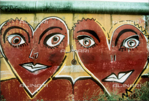 GRA-F-000007-0000 - Face in the form of heart, Graffiti & Wall Art on the Berlin Wall that fell down beginning from the night of 9th November 1989 - Data dello scatto: 1987 - Francesco and Alessandro Alacevich / Gremese Archive/Alinari Archives