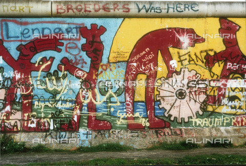 GRA-F-000009-0000 - Male figures, Graffiti & Wall Art on the Berlin Wall that fell down beginning from the night of 9th November 1989 - Data dello scatto: 1987 - Francesco and Alessandro Alacevich / Gremese Archive/Alinari Archives