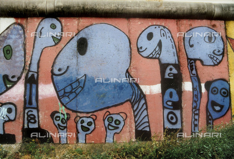 GRA-F-000010-0000 - Heads of figures, Graffiti & Wall Art on the Berlin Wall that fell down beginning from the night of 9th November 1989 - Data dello scatto: 1987 - Francesco and Alessandro Alacevich / Gremese Archive/Alinari Archives