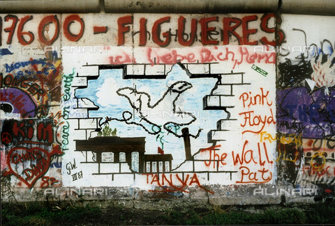 GRA-F-000014-0000 - A dove made of wire rope while flying on The Brandeburg Gate, Graffiti & Wall Art on the Berlin Wall that fell down beginning from the night of 9th November 1989 - Data dello scatto: 1987 - Francesco and Alessandro Alacevich / Gremese Archive/Alinari Archives
