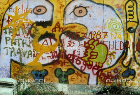 GRA-F-000015-0000 - Faces and a writing, Graffiti & Wall Art on the Berlin Wall that fell down beginning from the night of 9th November 1989 - Data dello scatto: 1987 - Francesco and Alessandro Alacevich / Gremese Archive/Alinari Archives