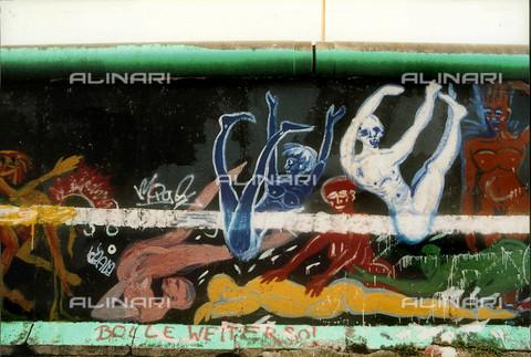 GRA-F-000018-0000 - Human bodies, Graffiti & Wall Art on the Berlin Wall that fell down beginning from the night of 9th November 1989 - Data dello scatto: 1987 - Francesco e Alessandro Alacevich / Gremese Archive/Alinari Archives