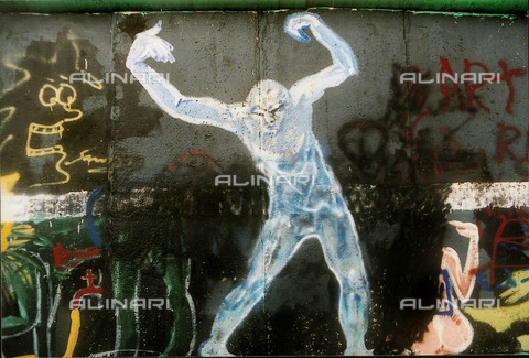 GRA-F-000019-0000 - Male figure, Graffiti & Wall Art on the Berlin Wall that fell down beginning from the night of 9th November 1989 - Data dello scatto: 1987 - Francesco and Alessandro Alacevich / Gremese Archive/Alinari Archives