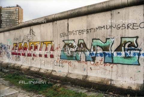 GRA-F-000021-0000 - Writing, Graffiti & Wall Art on the Berlin Wall that fell down beginning from the night of 9th November 1989 - Data dello scatto: 1987 - Francesco and Alessandro Alacevich / Gremese Archive/Alinari Archives