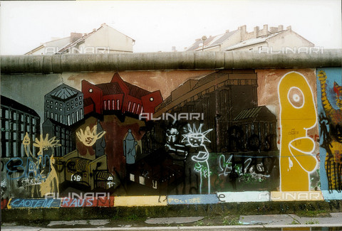 GRA-F-000022-0000 - Modern city, Graffiti & Wall Art on the Berlin Wall that fell down beginning from the night of 9th November 1989 - Data dello scatto: 1987 - Francesco and Alessandro Alacevich / Gremese Archive/Alinari Archives