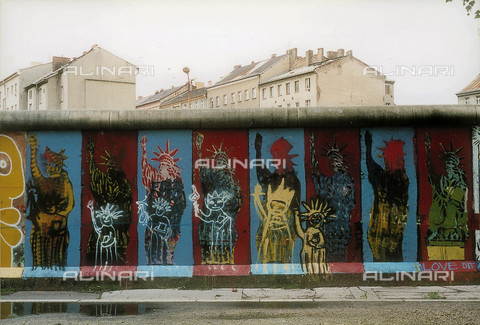 GRA-F-000024-0000 - The Statue of Liberty, Graffiti & Wall Art on the Berlin Wall that fell down beginning from the night of 9th November 1989 - Data dello scatto: 1987 - Francesco and Alessandro Alacevich / Gremese Archive/Alinari Archives