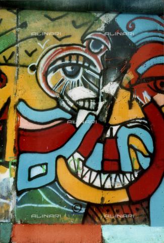 GRA-F-000026-0000 - Opera attribuibile a Christophe Bouchet. Graffiti & Wall Art sul Muro di Berlino, abbattuto a partire dalla notte del 9 Novembre del 1989 - Data dello scatto: 1987 - Gremese Archivio/Archivi Alinari, Francesco e Alessandro Alacevich