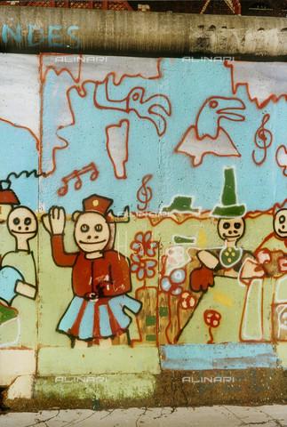 GRA-F-000028-0000 - Figure e fiori, Graffiti & Wall Art sul Muro di Berlino, abbattuto a partire dalla notte del 9 Novembre del 1989 - Data dello scatto: 1987 - Gremese Archivio/Archivi Alinari, Francesco e Alessandro Alacevich
