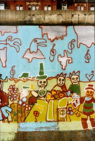 GRA-F-000029-0000 - Figure e fiori, Graffiti & Wall Art sul Muro di Berlino, abbattuto a partire dalla notte del 9 Novembre del 1989 - Data dello scatto: 1987 - Gremese Archivio/Archivi Alinari, Francesco e Alessandro Alacevich