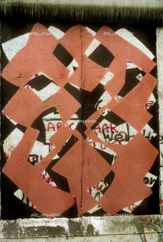 GRA-F-000030-0000 - Forme astratte, Graffiti & Wall Art sul Muro di Berlino, abbattuto a partire dalla notte del 9 Novembre del 1989 - Data dello scatto: 1987 - Gremese Archivio/Archivi Alinari, Francesco e Alessandro Alacevich