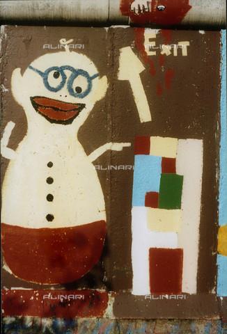 """GRA-F-000037-0000 - Pupazzo con gli occhiali e la scritta """"Exit"""", Graffiti & Wall Art sul Muro di Berlino, abbattuto a partire dalla notte del 9 Novembre del 1989 - Data dello scatto: 1987 - Gremese Archivio/Archivi Alinari, Francesco e Alessandro Alacevich"""