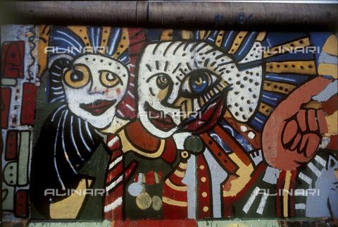 GRA-F-000051-0000 - Facce colorate e una mano, opera di Christophe Bouchet. Graffiti & Wall Art sul Muro di Berlino, abbattuto a partire dalla notte del 9 Novembre del 1989 - Data dello scatto: 1987 - Gremese Archivio/Archivi Alinari, Francesco e Alessandro Alacevich