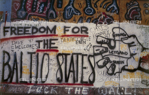 """GRA-F-000056-0000 - A fist and the text """"freedom for the balti states"""", Graffiti & Wall Art on the Berlin Wall that fell down beginning from the night of 9th November 1989 - Data dello scatto: 1987 - Francesco and Alessandro Alacevich / Gremese Archive/Alinari Archives"""