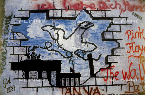 GRA-F-000057-0000 - A dove made of wire rope while flying on The Brandeburg Gate, Graffiti & Wall Art on the Berlin Wall that fell down beginning from the night of 9th November 1989 - Data dello scatto: 1987 - Francesco and Alessandro Alacevich / Gremese Archive/Alinari Archives