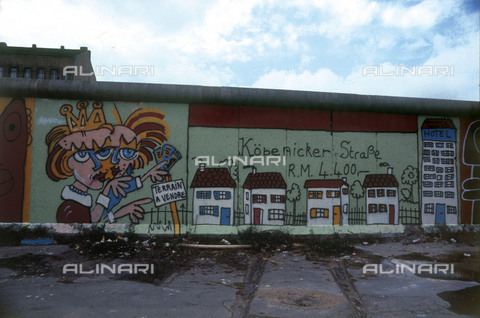 """GRA-F-000071-0000 - Two female figures and a cartel entitled """"Terrain a vendre"""" (Land for sale), Graffiti & Wall Art on the Berlin Wall that fell down beginning from the night of 9th November 1989 - Data dello scatto: 1987 - Francesco and Alessandro Alacevich / Gremese Archive/Alinari Archives"""