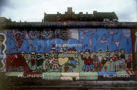GRA-F-000080-0000 - Figures and flowers, Graffiti & Wall Art on the Berlin Wall that fell down beginning from the night of 9th November 1989 - Data dello scatto: 1987 - Francesco and Alessandro Alacevich / Gremese Archive/Alinari Archives