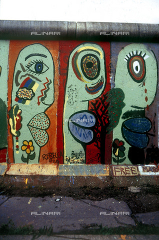 GRA-F-000081-0000 - Masculine and feminine face, Graffiti & Wall Art on the Berlin Wall that fell down beginning from the night of 9th November 1989 - Data dello scatto: 1987 - Francesco and Alessandro Alacevich / Gremese Archive/Alinari Archives