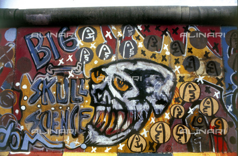 """GRA-F-000088-0000 - Skull and text """"big skull science"""", Graffiti & Wall Art on the Berlin Wall that fell down beginning from the night of 9th November 1989 - Data dello scatto: 1987 - Francesco and Alessandro Alacevich / Gremese Archive/Alinari Archives"""