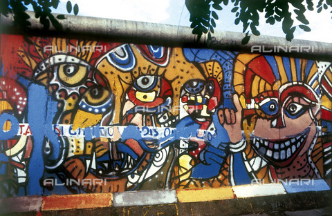 GRA-F-000091-0000 - Face colored, artwork attributable to Christophe Bouchet. Graffiti & Wall Art on the Berlin Wall that fell down beginning from the night of 9th November 1989 - Data dello scatto: 1987 - Francesco and Alessandro Alacevich / Gremese Archive/Alinari Archives