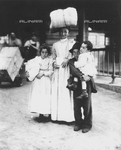 GRC-F-002205-0000 - Una madre italiana con i suoi figli a Ellis Island, New York - Data dello scatto: 1910 ca. - Granger, NYC /Archivi Alinari
