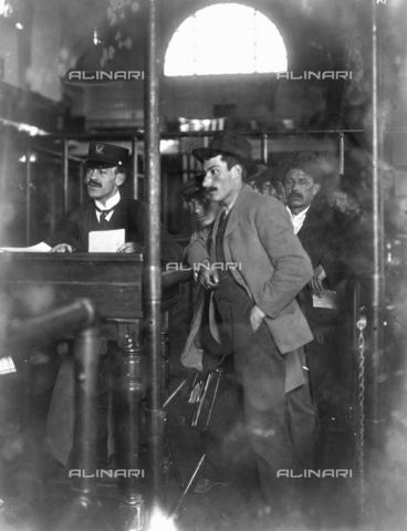 GRC-F-002206-0000 - Immigrati italiani all' ufficio immigrazione di Ellis Island, New York - Data dello scatto: 1912 ca. - Granger, NYC /Archivi Alinari