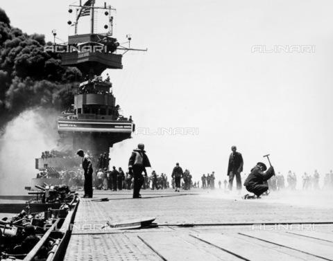 GRC-F-002283-0000 - Seconda Guerra Mondiale: il ponte della nave USS Yorktown incendiato dagli attacchi aerei il secondo giorno della Battaglia di Midway di  il 4 giugno 1942 - Data dello scatto: 04/06/1942 - Granger, NYC /Archivi Alinari