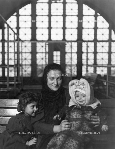 GRC-F-005303-0000 - Una madre italiana con i suoi figli a Ellis Island, New York - Data dello scatto: 1905 - Granger, NYC /Archivi Alinari