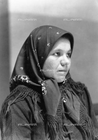 GRC-F-005305-0000 - Una migrante italiana a Ellis Island, New York - Data dello scatto: 1905 - Granger, NYC /Archivi Alinari
