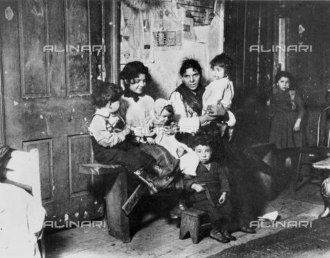 GRC-F-006185-0000 - Una famiglia di immigrati italiani nei bassifondi di Chicago - Data dello scatto: 1910 - Granger, NYC /Archivi Alinari