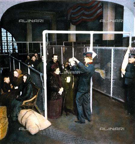 GRC-F-008927-0000 - Un ispettore medico federale esamina gli occhi degli immigrati a Ellis Island, New York - Data dello scatto: 1913 - Granger, NYC /Archivi Alinari