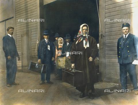 GRC-F-009659-0000 - Immigrati europei a Ellis Island, New York - Data dello scatto: 1900 ca. - Granger, NYC /Archivi Alinari