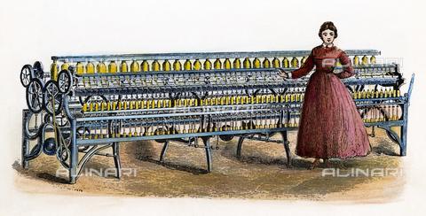 GRC-F-010711-0000 - Una ragazza del Massachusetts accanto al telaio industriale di Fales e Jenks, incisione su legno, scuola americana - Granger, NYC /Archivi Alinari