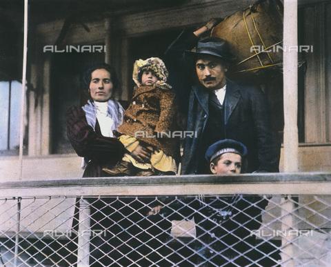 GRC-F-010746-0000 - Famiglia di migranti italiani sul traghetto sul traghetto da Ellis Island a Manhattan, New York - Data dello scatto: 1905 ca. - Granger, NYC /Archivi Alinari