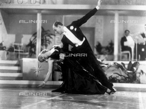 """GRC-F-015235-0000 - Ginger Rogers (1911-1995) e Fred Astaire (1899-1987) durante una scena del film """"Roberta"""", regia di William A. Seiter, 1935, USA - Data dello scatto: 1935 - Granger, NYC /Archivi Alinari"""