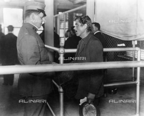 GRC-F-015346-0000 - Un immigrato italiano incontra un ispettore per l'immigrazione, Ellis Island, New York - Data dello scatto: 1900 ca. - Granger, NYC /Archivi Alinari