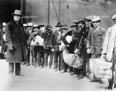 """GRC-F-015354-0000 - Immigrati italiani sulla nave """"Principessa Irene"""" in viaggio verso Ellis Island - Data dello scatto: 1900 ca. - Granger, NYC /Archivi Alinari"""