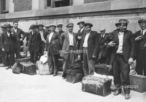 GRC-F-015873-0000 - Un gruppo di uomini immigrati italiani si preparano a lasciare Ellis Island, New York - Data dello scatto: 1900 ca. - Granger, NYC /Archivi Alinari