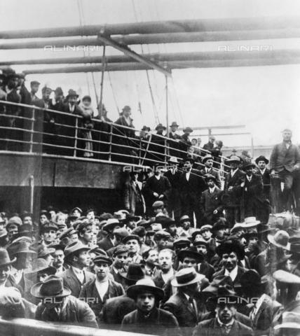 GRC-F-016522-0000 - Immigrati italiani a bordo di una nave nel porto di New York - Data dello scatto: 1900 - Granger, NYC /Archivi Alinari
