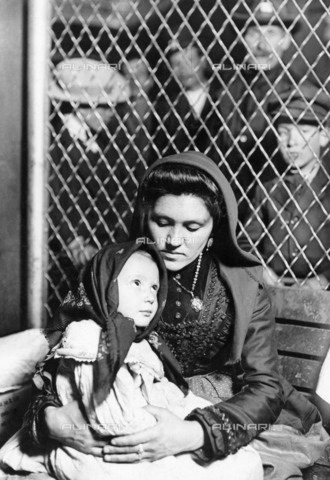 GRC-F-016619-0000 - Una donna immigrata italiana con la figlia, Ellis Island, New York - Data dello scatto: 1905 - Granger, NYC /Archivi Alinari