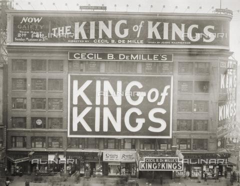 """GRC-F-018306-0000 - """"King of King's"""" (Il re dei re), film muto ditretto da Cecil B. DeMille: insegna pubblicitaria del Teatro Gaiety, New York - Data dello scatto: 1927 - Granger, NYC /Archivi Alinari"""