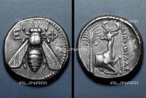 GRC-F-025786-0000 - Tetradramma di Efeso in argento: sul dritto un'ape; sul rovescio un cervo e una palma, arte greca - Granger, NYC /Archivi Alinari