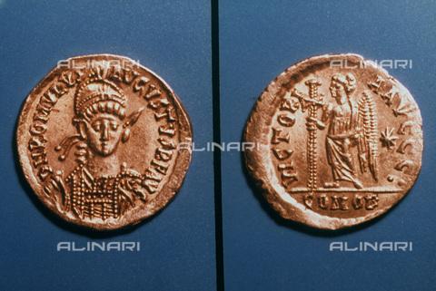 GRC-F-025877-0000 - Solido in oro raffigurante Romolo Augustulus (Flavio Romolo Augusto) ultimo imperatore romano d'Occidente - Granger, NYC /Archivi Alinari