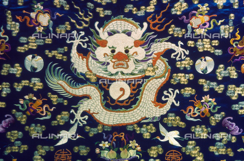GRC-F-026182-0000 - Dragon embroidered in a satin garment from the T'ung-chih period (1862-1874) - Granger, NYC/Alinari Archives